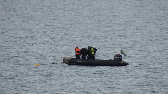 Militares do Navio se preparando para a realização do mergulho polar