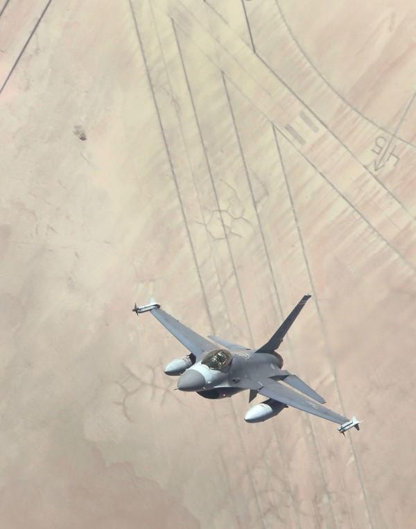 F-16 sobrevoa o maior compasso do mundo no Lago Rogers