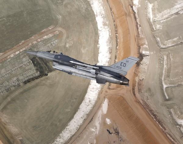 F-16 sobre o Lago Owens
