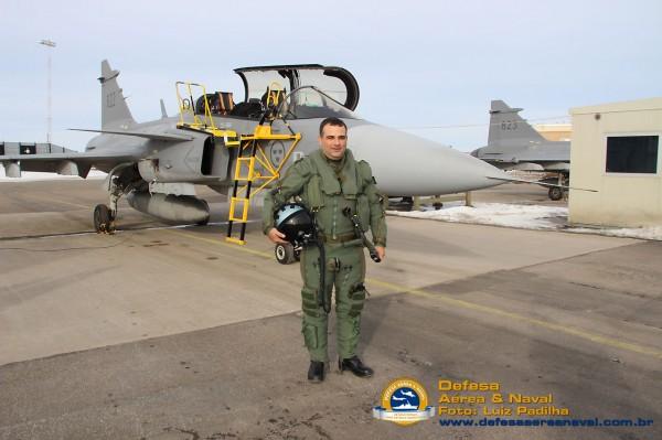 Aviador naval brasileiro Romulo Sobral pronto para voar o Gripen D