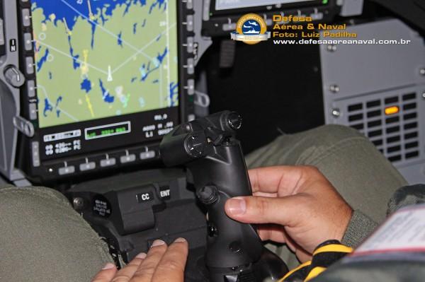 Aviador naval brasileiro pilotando o Gripen na ponta dos dedos
