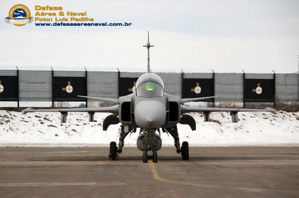 Gripen com aviador naval brasileiro pronto para o taxi