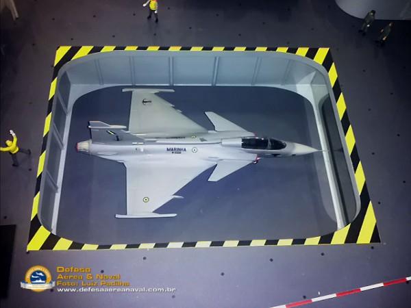 Sea Gripen no elevador de vante do NAe São Paulo - O caça moderno que cabe no A-12