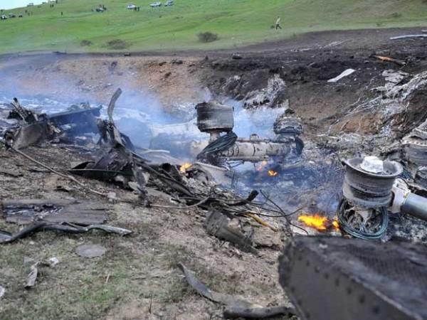 Os restos de um avião dos EUA que explodiu são vistos em uma colina perto das aldeias de Chorgolo e Cholok-Aryk, a 180 km da capital Bishkek do Quirguistão (Foto: AFP PHOTO/ STRINGER )