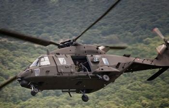 NH90 do Exército italiano equipado com metralhadora lateral