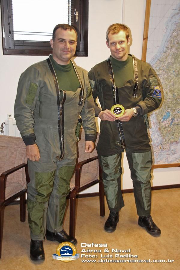 Piloto da Flygvapen recebendo a bolacha do DAN em Linkoping