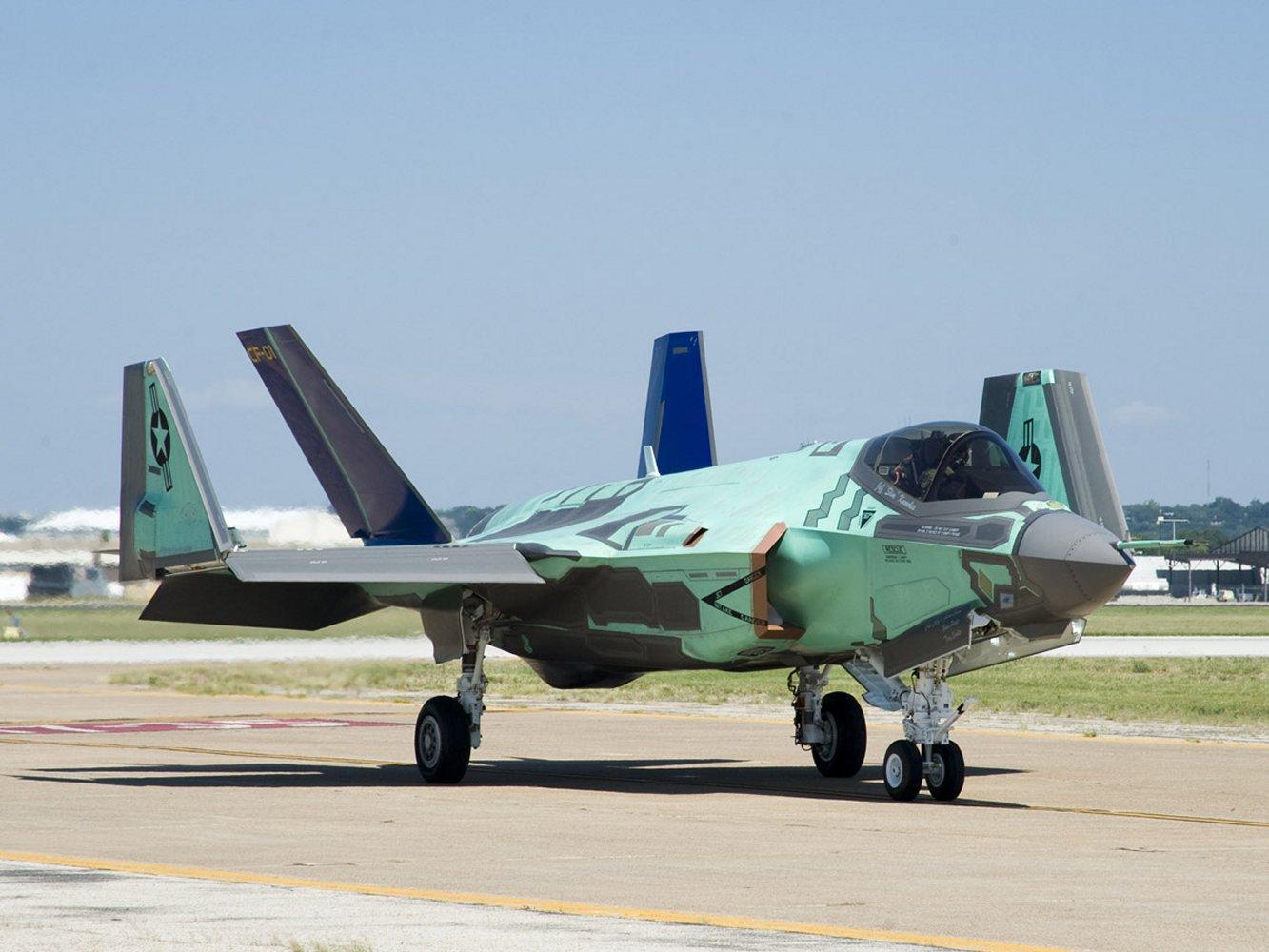 F-35C da USN com a asa dobrada