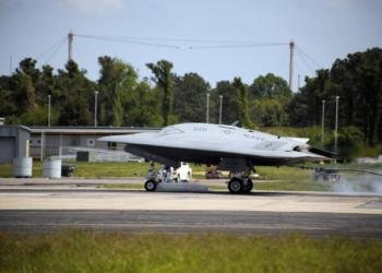 X-47 durante testes de pouso simulando porta-aviões