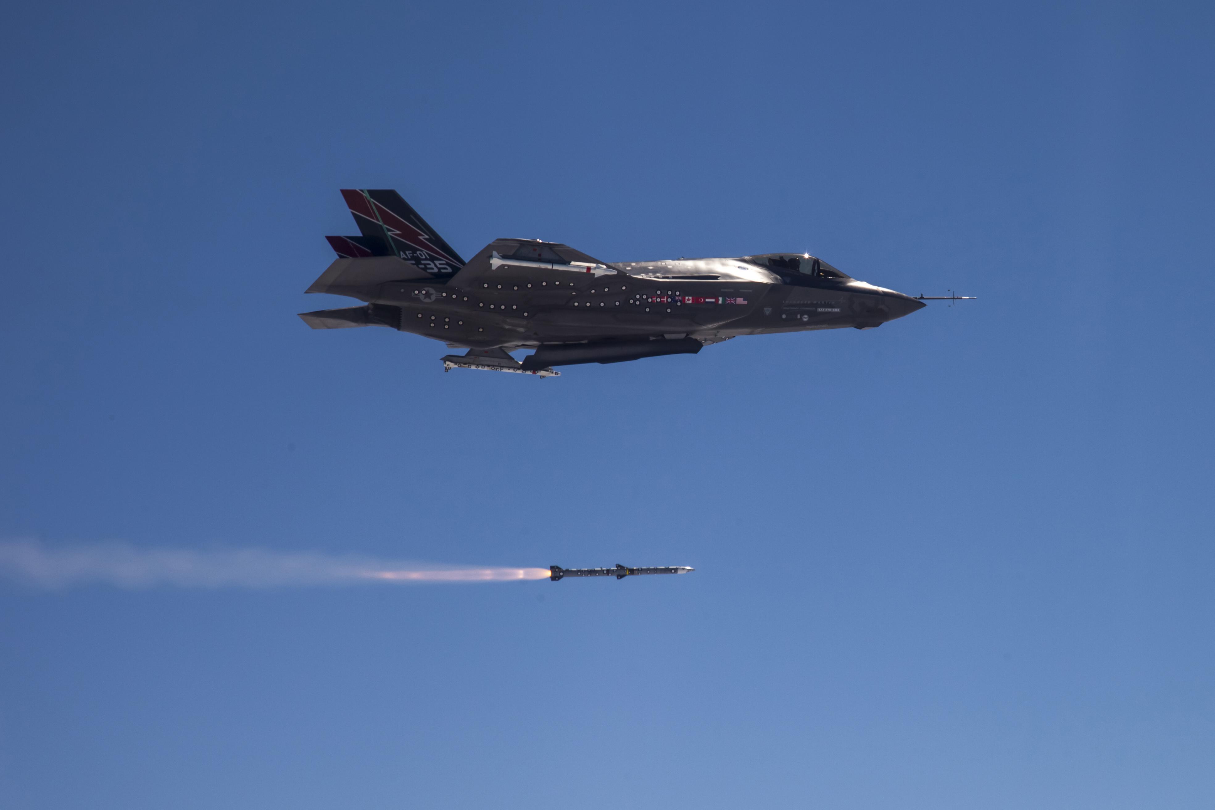 """TenCol George """"Boxer"""" Schwartz voando o F-35A, AF-1, vôo 314, lançando AIM-120 em 5 de Junho de 2013."""