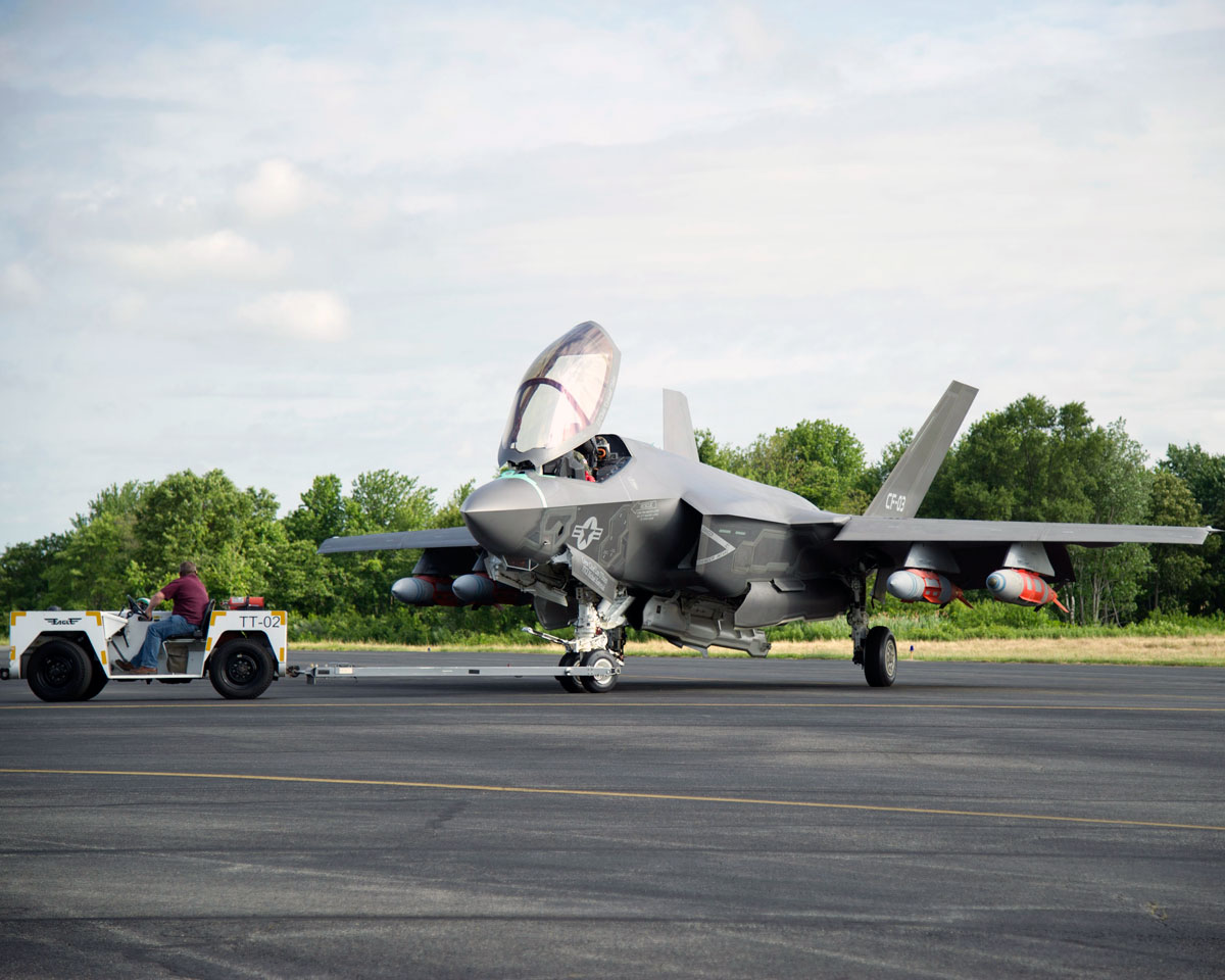 F-35C equipado com 4 GBU-31