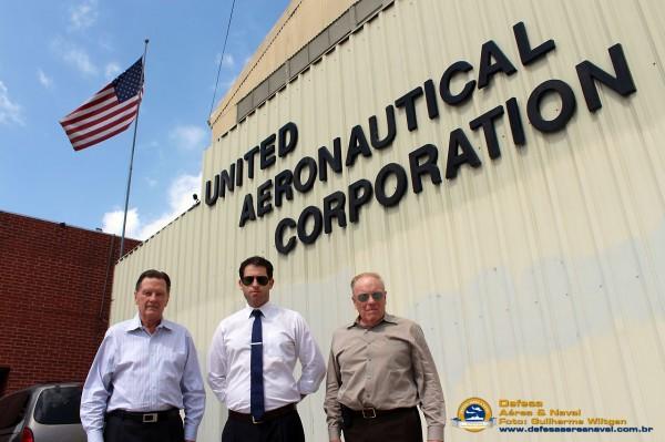 Larry, Brad e Ron em frente ao prédio principal da UAC em North Hollywood