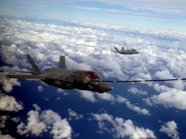 F-35B durante REVO com KC-130J... O MV-22 será testado para essa função ainda em 2013.