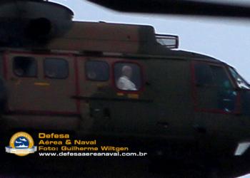 Papa Francisco na janela do H-34 Super Puma da FAB
