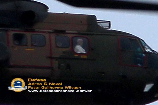 Papa Francisco na janela do H-34 Super Puma da FAB