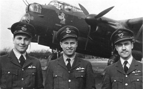Wing Commander Peter Ward-Hunt (direita) com outros 'Dambusters' John Searby e Guy Gibson