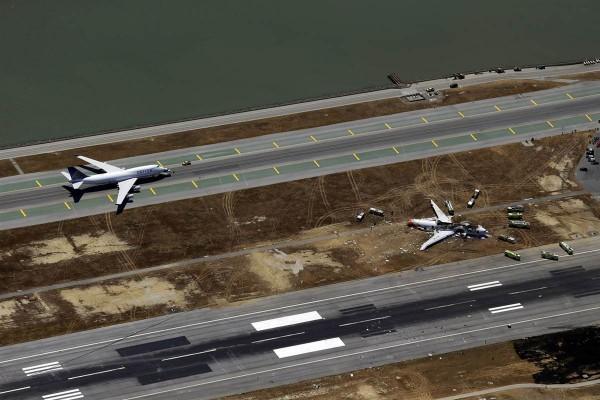 Destroços da aeronave após o aeroporto ser liberado