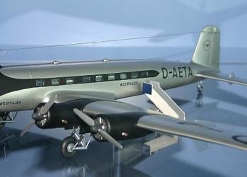 Modelo em escala de um Focke-Wulf FW 200 B Condor pintado com as cores da Lufthansa nos anos 30.