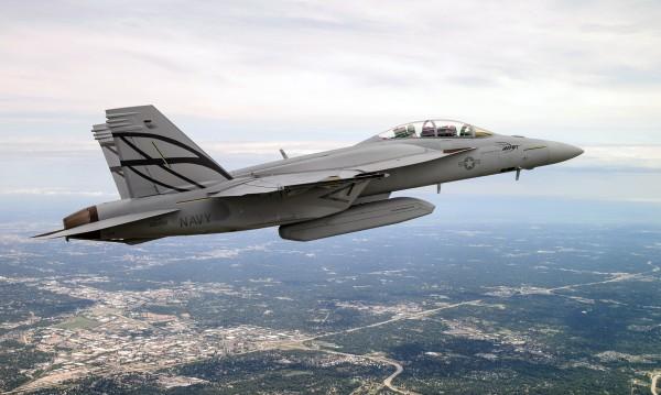 Primeiro vôo de um F/A-18F Super Hornet Avançado com CFTs e pod de armas.