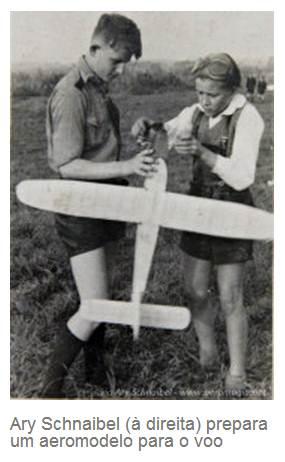 Ary Schnaibel preparando aeromodelo