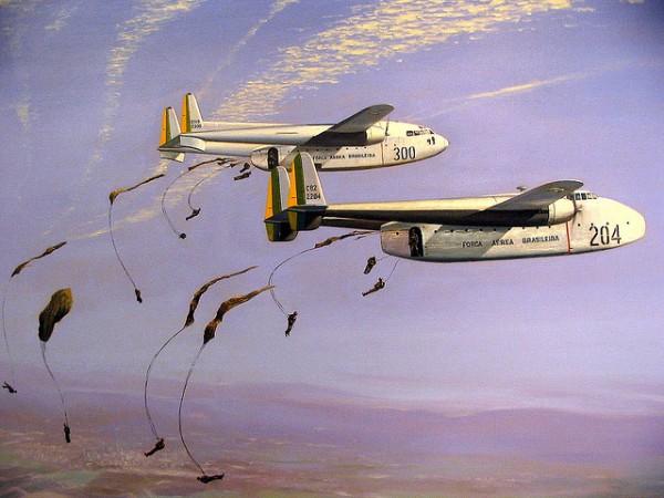 C-82 e C-119 lançando paraquedistas