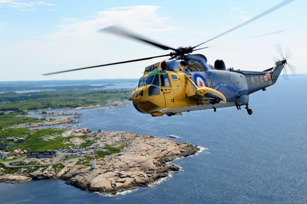 CH-124 Sea King voando com a pintura comemorativa dos 50 anos.