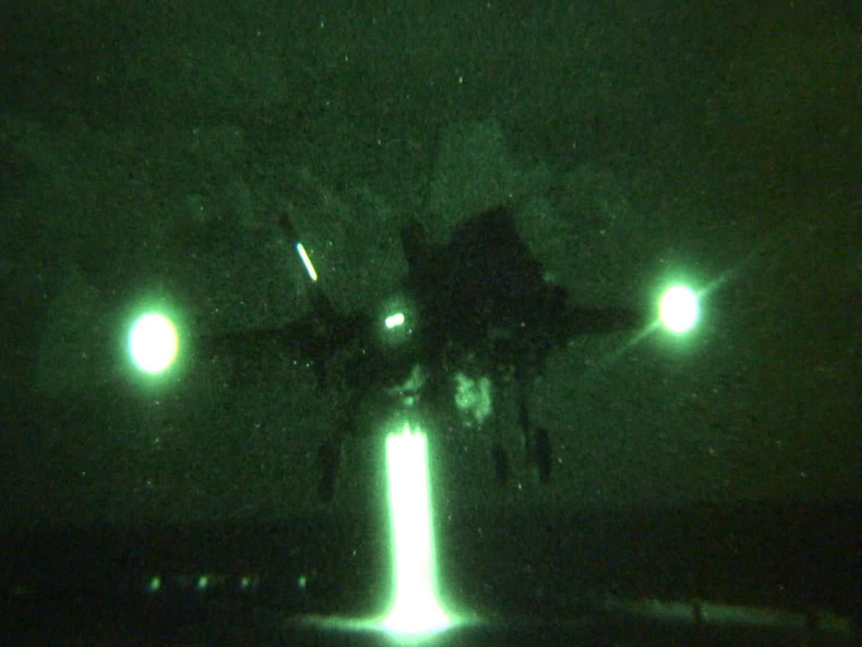F-35B realiza pouso noturno no USS WASP