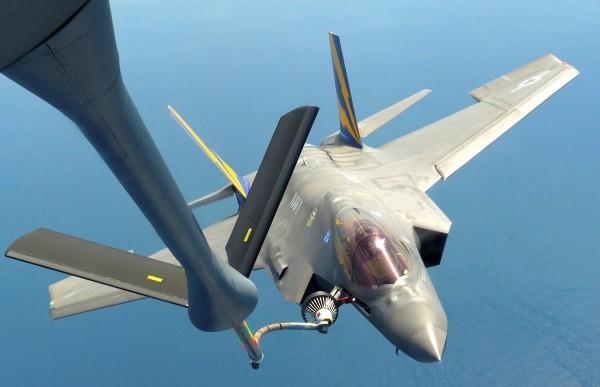 """CF-01 pilotado pelo Ten. Cor. Patrick """"Oxy"""" Moran reabasteceu pela primeira vez com um KC-135 da USAF"""