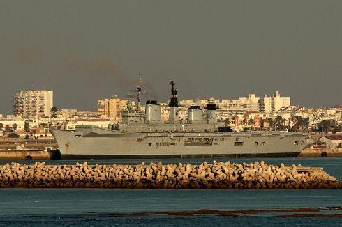 HMS Illustrious atracado em ROTA