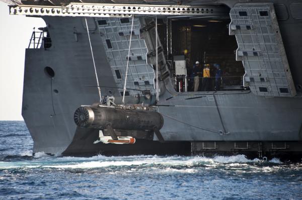 LCS Independence operando com drone Submarino
