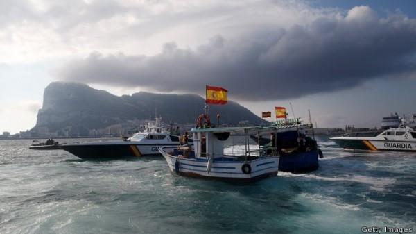 Navios de pesca espanhóis protestando em Gibraltar
