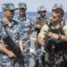 Forças de infliltração americanas e chinesas discutem táticas a bordo do Destróier Harbin (DDG 112)