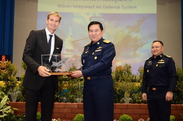 Embaixador da Suécia para a Tailândia, Sr. Klas Molin entrega um modelo do Gripen ao Comandante Supremo das Forças Armadas tailandesas, General Thanasak Patimaprakorn