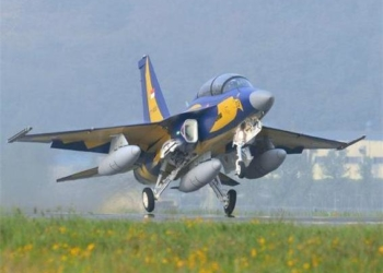 Um T-50i decola para a Indonésia, que comprou 16 por US $ 400 milhões.