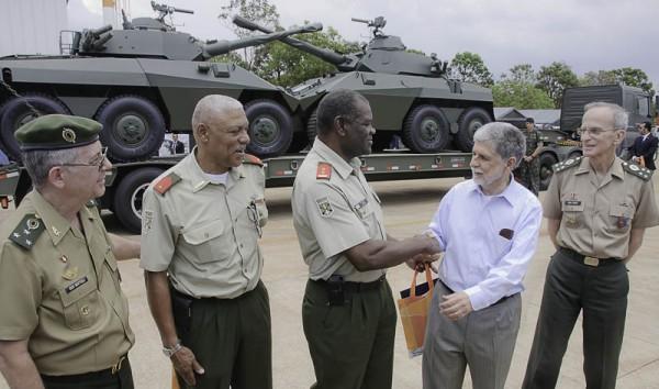 Celso Amorim (MD), general Enzo Peri (comandante do EB) e o general Mattioli (Deprod) confraternizam com militares do Suriname durante a entrega de dois blindados Cascavel recuperados e modernizados no Brasil