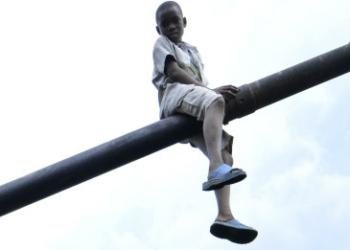 Criança brinca em tanque após derrota do M23 na República Democrática do Congo