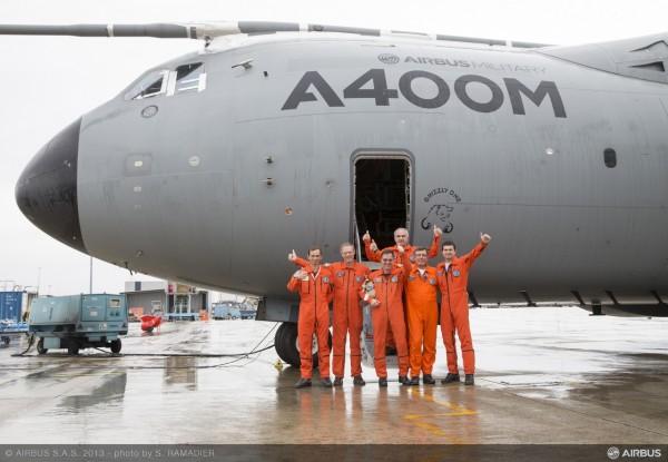 Da esquerda para direita: Nacho Lombo (Piloto de Teste Experimental), Ed Strongman (Chefe dos Pilotos de Testes Militar), Gerard Leskerpit (Engenheiro de Voo de Teste), Eric Isorce (Chefe de Testes de Voo do A400M), Didier Ronceray e Jean- Philippe Cottet (Engenheiros de Testes de Voo Sênior).