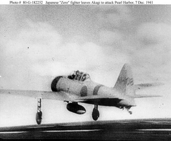 """Caça japonês Mitsubishi A6M2 """"Zero"""" é lançado a partir do porta-aviões Akagi (esta deve ser uma imagem da segunda onda de ataque)."""