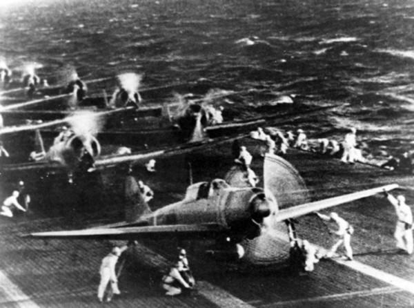 Aviões japoneses se preparam para decolar do porta-aviões Shokaku para atacar Pearl Harbor.