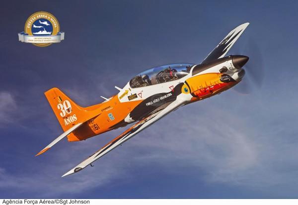 T-27 Tucano ostentando a pintura alusiva aos 30 anos