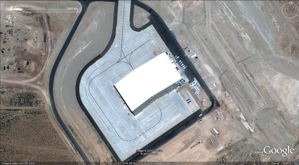 Esse Hangar com bloqueio na parte traseira é provavelmente a residência da nova aeronave
