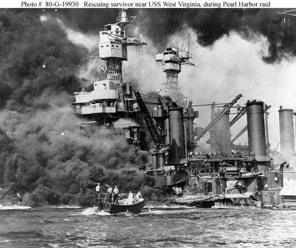 Bote de salvamento se aproxima do USS West Virginia (BB-48) durante o ataque japonês.