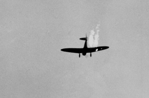 Bombardeiro de mergulho japonês atingido pelo fogo antiaéreo: cerca de 30 aviões japoneses foram abatidos durante o ataque.
