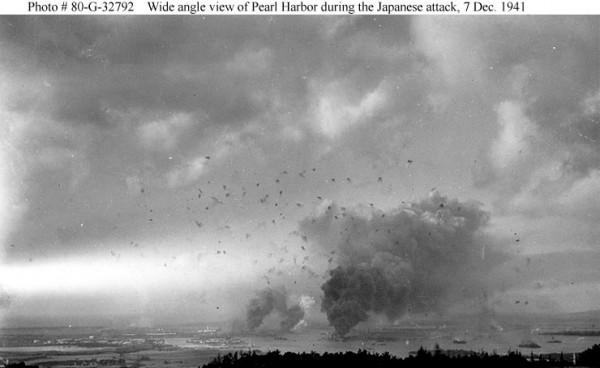 Vista panorâmica de Pearl Harbor, durante o ataque japonês. Notar as explosões das munições antiaéreas.
