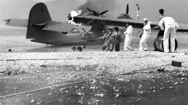 PBY Catalina é recuperado no aeródromo de Kaneohe.
