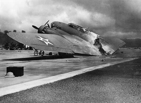 B-17 destruído após o ataque a Hickam Field.