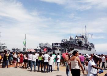 Fragata Liberal suspendendo da BNRJ (Foto: Stefany Martins)