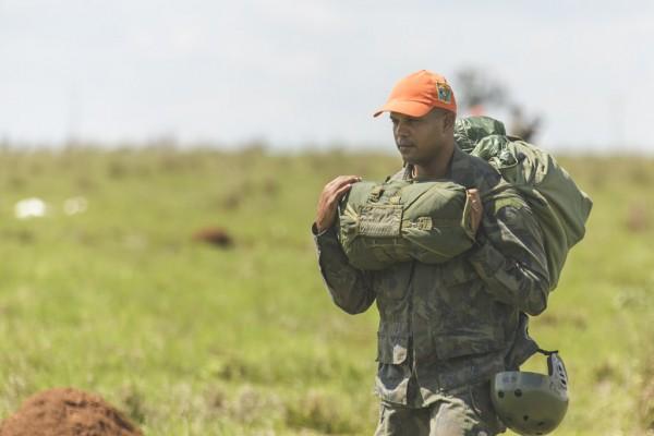Paraquedismo é uma habilidade fundamental no militar do Para-Sar