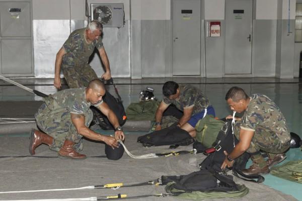 Depois do salto, os paraquedistas dobram o próprio paraquedas