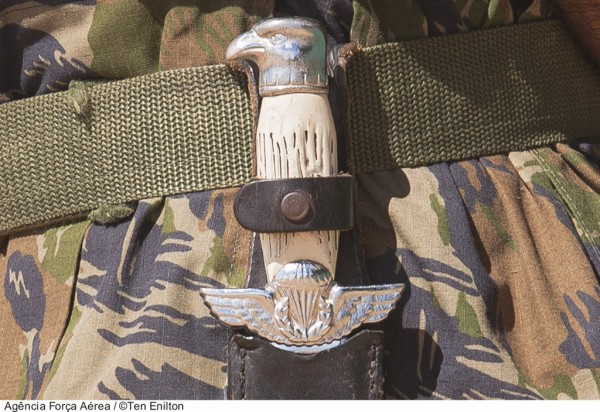 A faca operacional presa ao cinto é símbolo do pastor