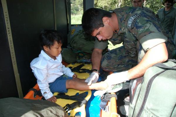 Na foto, Tenente Lessa realiza atendimento médico a criança indígena.